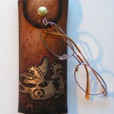Szemüveg-tartó Szkíta aranyszarvas motívummal: parafa-bőr kézzel festve