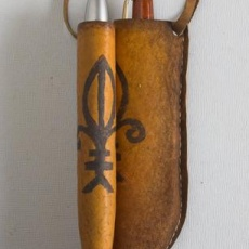 Nyakba akasztható toll-tokok: parafa-bőr kézzel festve