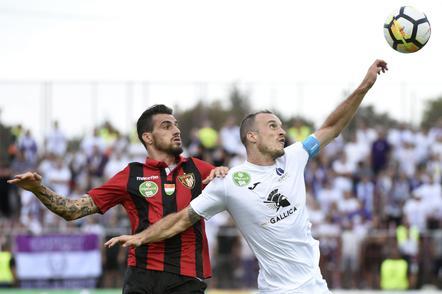 A fotó az érintett meccsen készült, a képen Davide Lanzafame és az újpesti Litauszki Róbert (MTI Fotó: Czagány Balázs)