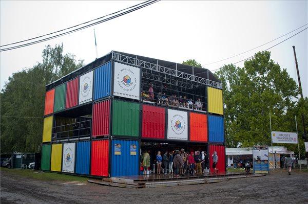 A képen a színes konténerekből összeállított Rubik Sziget a Sziget fesztiválon (forrás: MTI)
